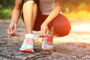 tie-running-shoes-10-daily-habits-that-blast-belly-fat