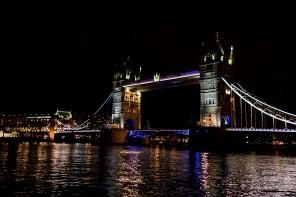 Vliegen door de Tower Bridge tijdens het ASICS FlyteFoamevent
