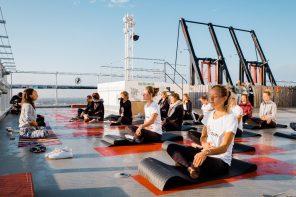Yoga boven op de A'DAM toren samen met The North Face